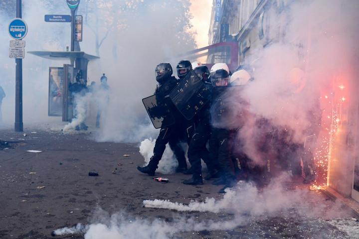 Közel 100 rendőr sebesült meg a hétvégi franciaországi tüntetéseken