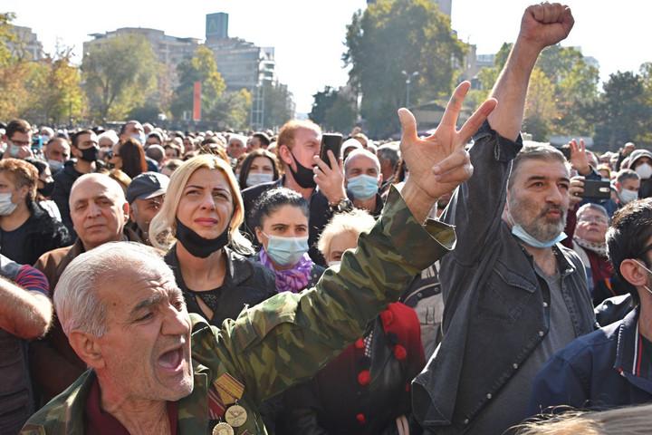 Az örmények szerint miniszterelnökük elárulta őket, a törökök üdvözlik az azeriek győzelmét