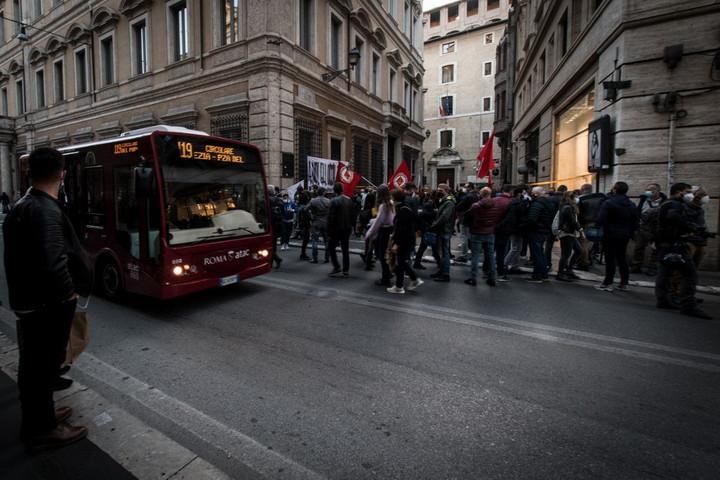 Térdre kényszerült az olasz kereskedelem