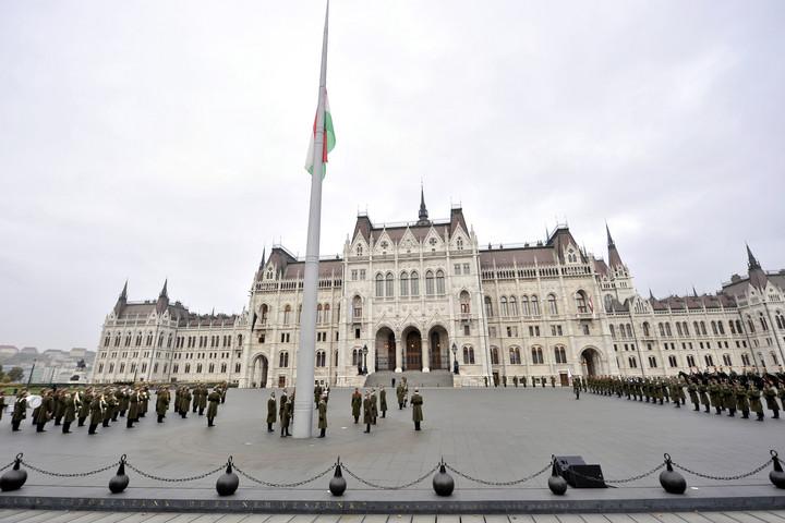 Zászlófelvonással és gyertyagyújtással emlékezik az ország a nemzeti gyásznapon
