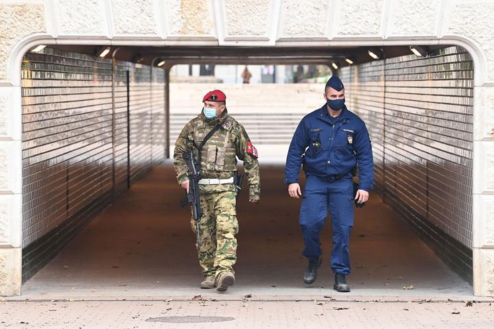 Hétfőtől a katonák is segítik a rendőrök munkáját a közterületeken