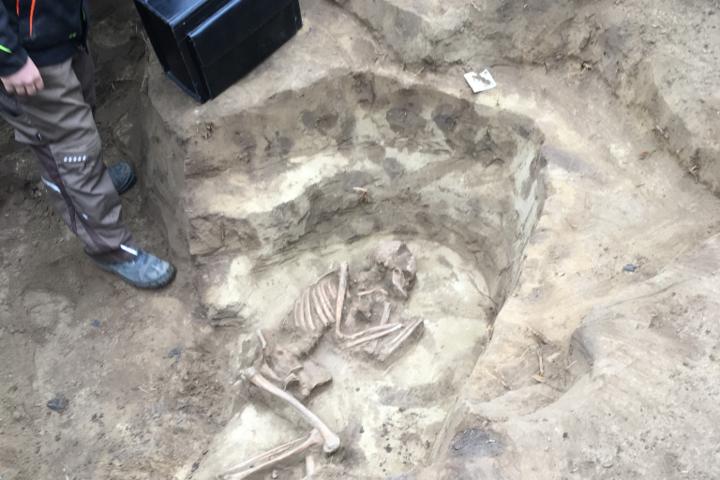 Bronzkori sírokat találtak a tiszadobi Andrássy-kastély udvarán
