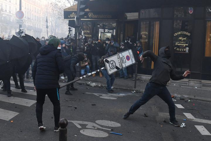 Lángolt a Nemzeti Bank épülete Párizsban, tüntetők csaptak össze rendőrökkel