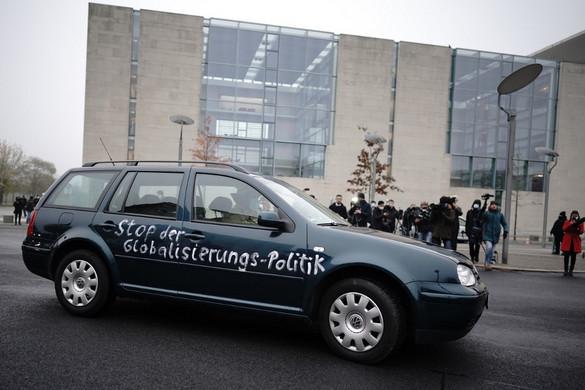 Belehajtott egy autó a berlini kancellári hivatal kapujába