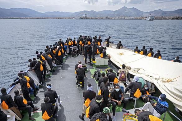 Szicílián köthet ki az Ocean Viking civilhajó migránsokkal a fedélzetén