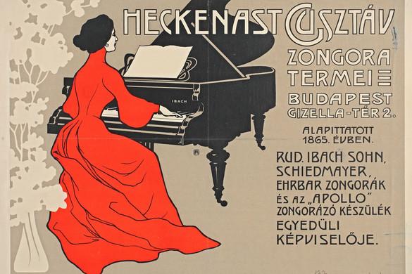 Vörös ruhás nő a fekete zongora előtt