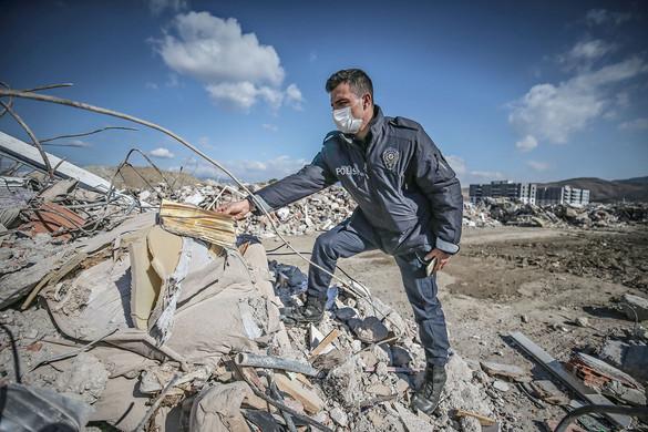 Eltakarítják a romokat