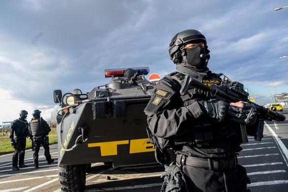 Nagy erőkkel vonult az osztrák határra a TEK