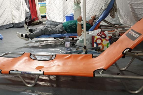Folyosókon kezelik a betegeket egy bukaresti kórházban