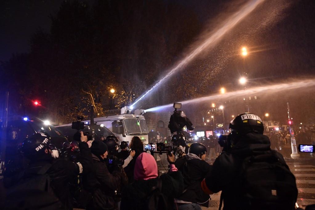 A rendőrök vízágyút is kényelenek voltak bevetni