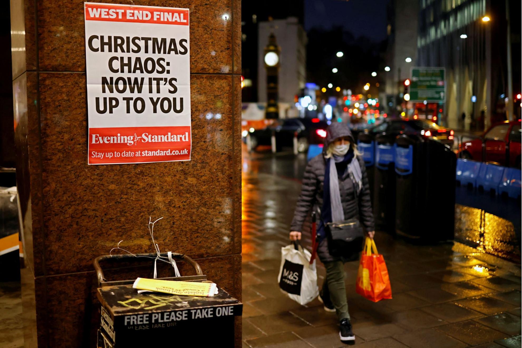 """""""Karácsonyi káosz: most rajtad múlik"""" – hirdeti egy londoni lap plakátja. December 23–27. között enyhítés jön"""