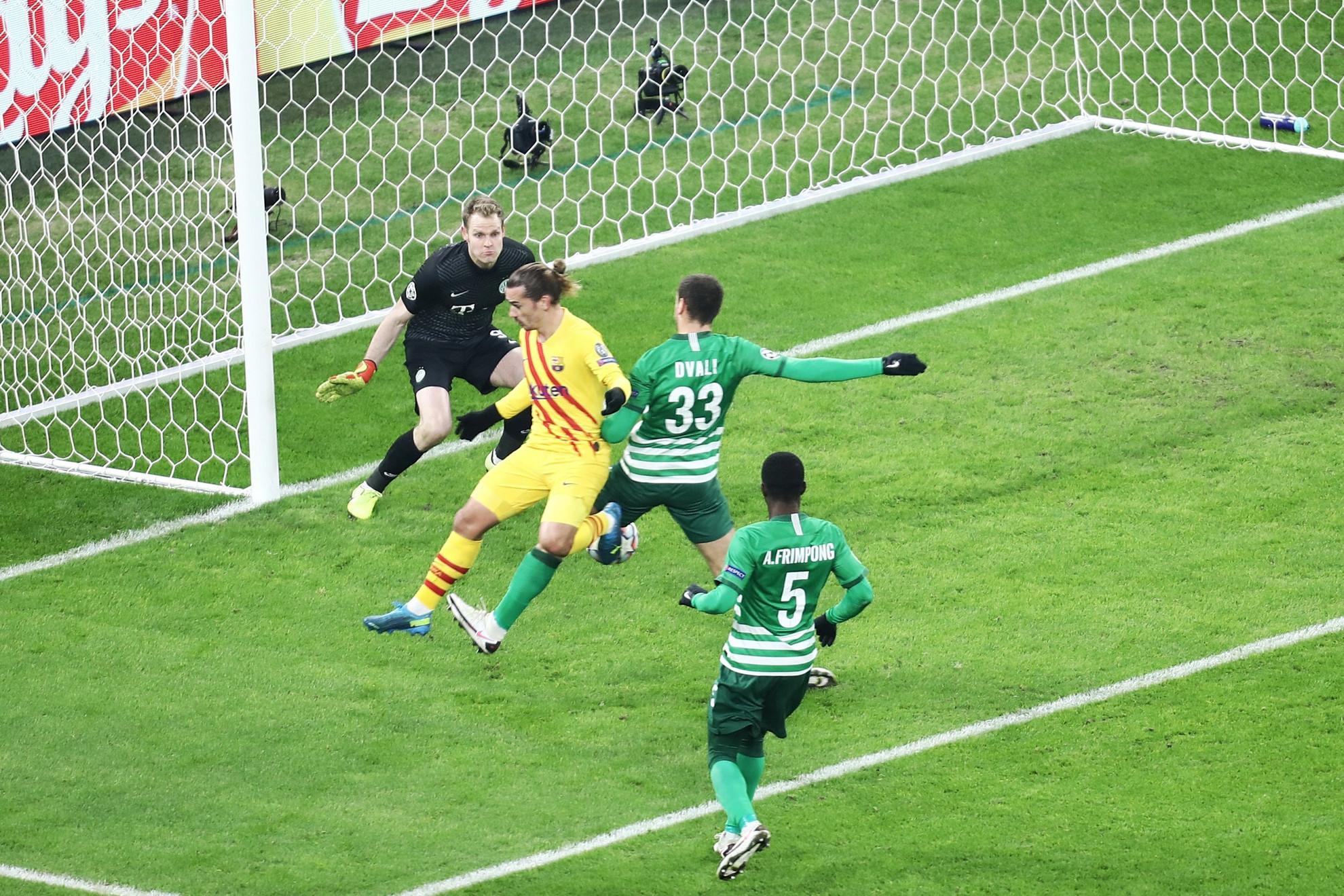 Griezmann (sárgában) szerez gólt hanyag mozdulattal a Ferencváros ellen