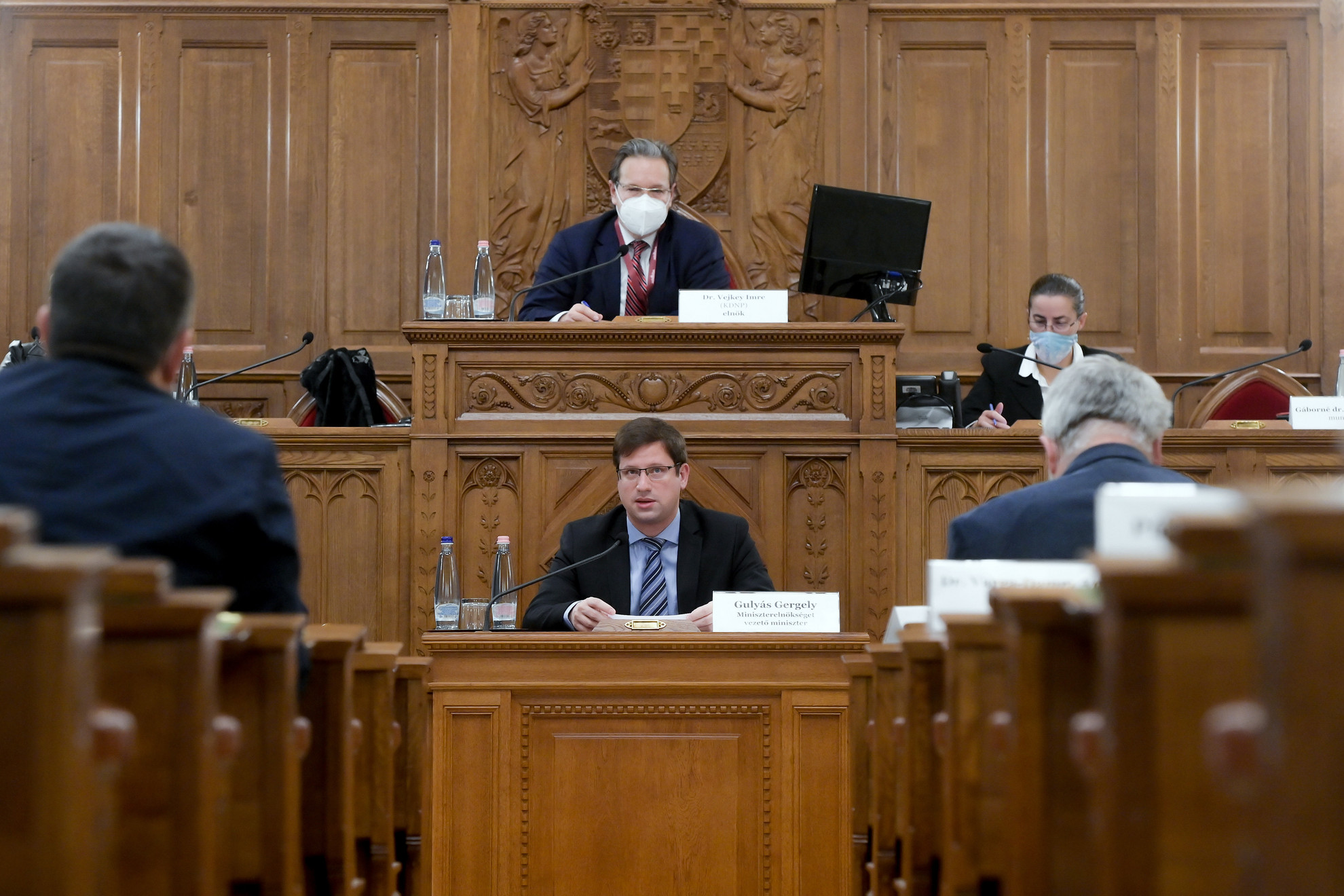 Gulyás Gergely, a Miniszterelnökséget vezető miniszter (elöl, k) éves meghallgatásán az Országgyűlés igazságügyi bizottságának ülésén az Országház Delegációs termében
