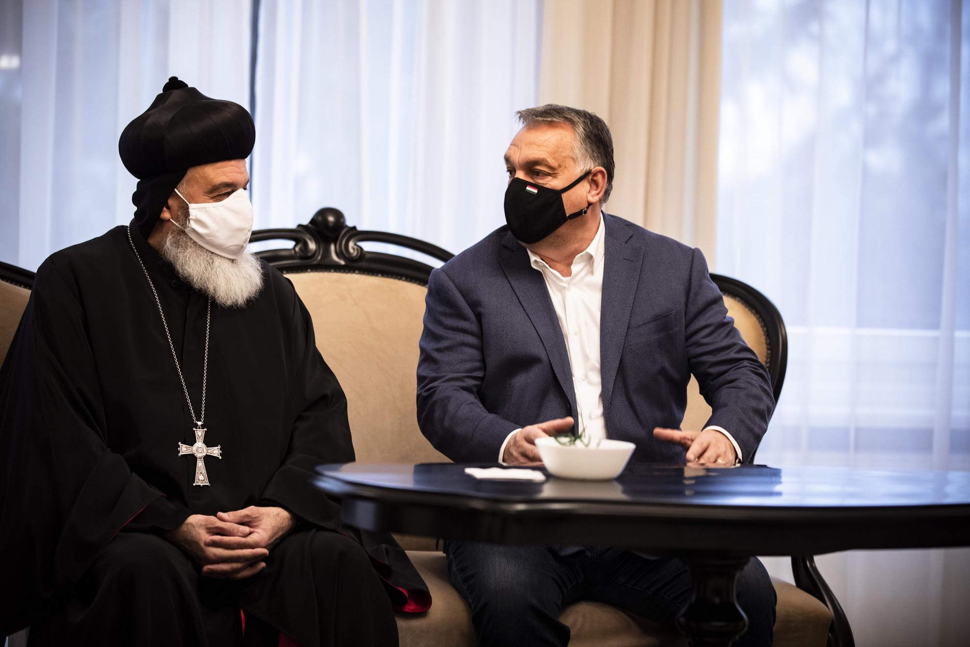 Orbán Viktor miniszterelnök (j) fogadja II. Efrém Ignác szír ortodox pátriárkát