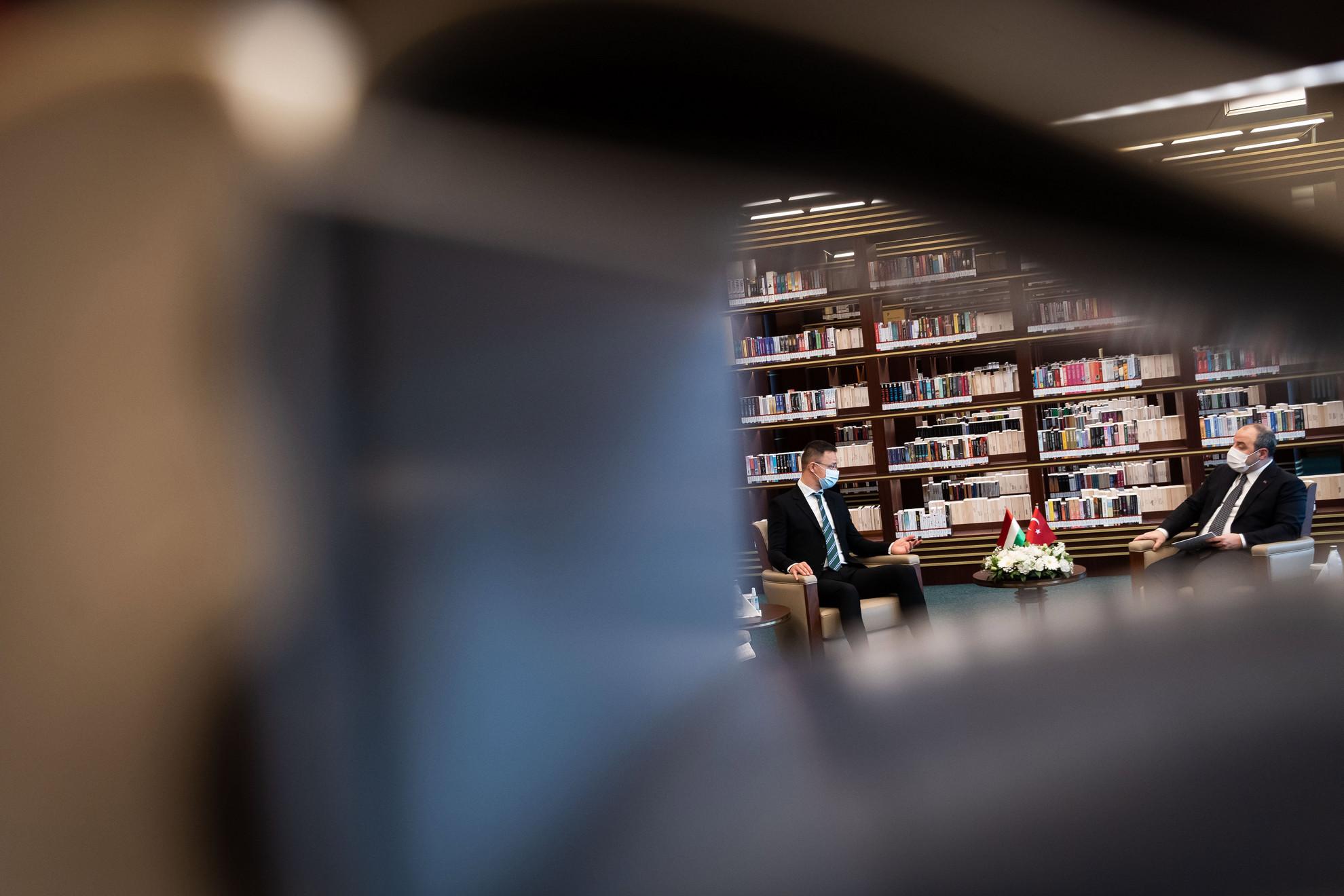 Szijjártó Péter külgazdasági és külügyminiszter (b) és Mustafa Varank török ipari és technológiai miniszter, a Magyar-Török Gazdasági Vegyes Bizottság (GVB) társelnöke megbeszélést folytat Ankarában, a Köztársasági Elnöki Könyvtárban 2020. december 8-án