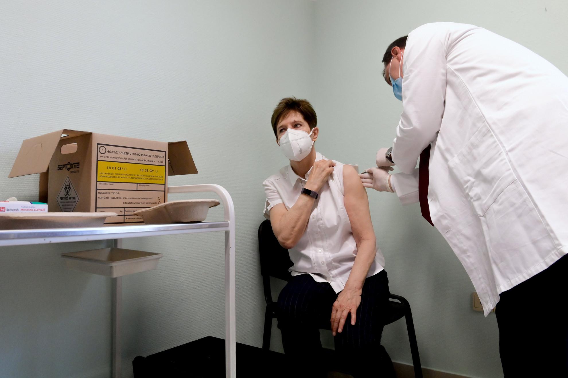 Szlávik János infektológus főorvos beoltja a Pfizer és a BioNTech által kifejlesztett koronavírus elleni oltóanyaggal Kertész Adrienne osztályvezető főorvost a Dél-pesti Centrumkórházban