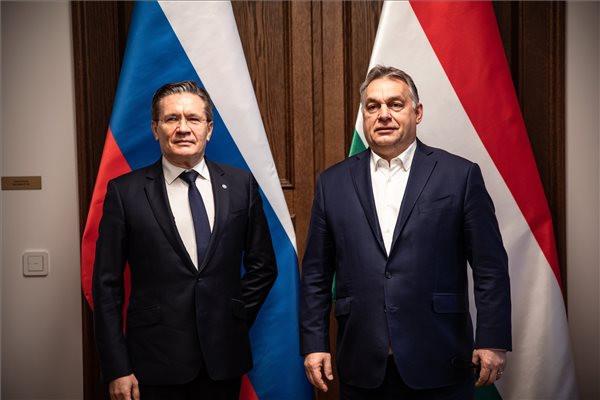 A Miniszterelnöki Sajtóiroda által közreadott képen Orbán Viktor miniszterelnök (j) és Alekszej Lihacsov, a Roszatom orosz állami atomenergetikai konszern vezérigazgatójának találkozója a Karmelita kolostorban
