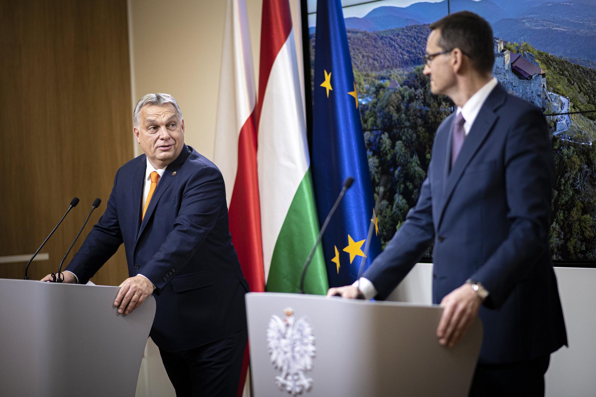 A Miniszterelnöki Sajtóiroda által közreadott képen Orbán Viktor miniszterelnök (b) és Mateusz Morawiecki lengyel kormányfő sajtótájékoztatója az Európai Unió állam- és kormányfőinek csúcsértekezletét követően Brüsszelben