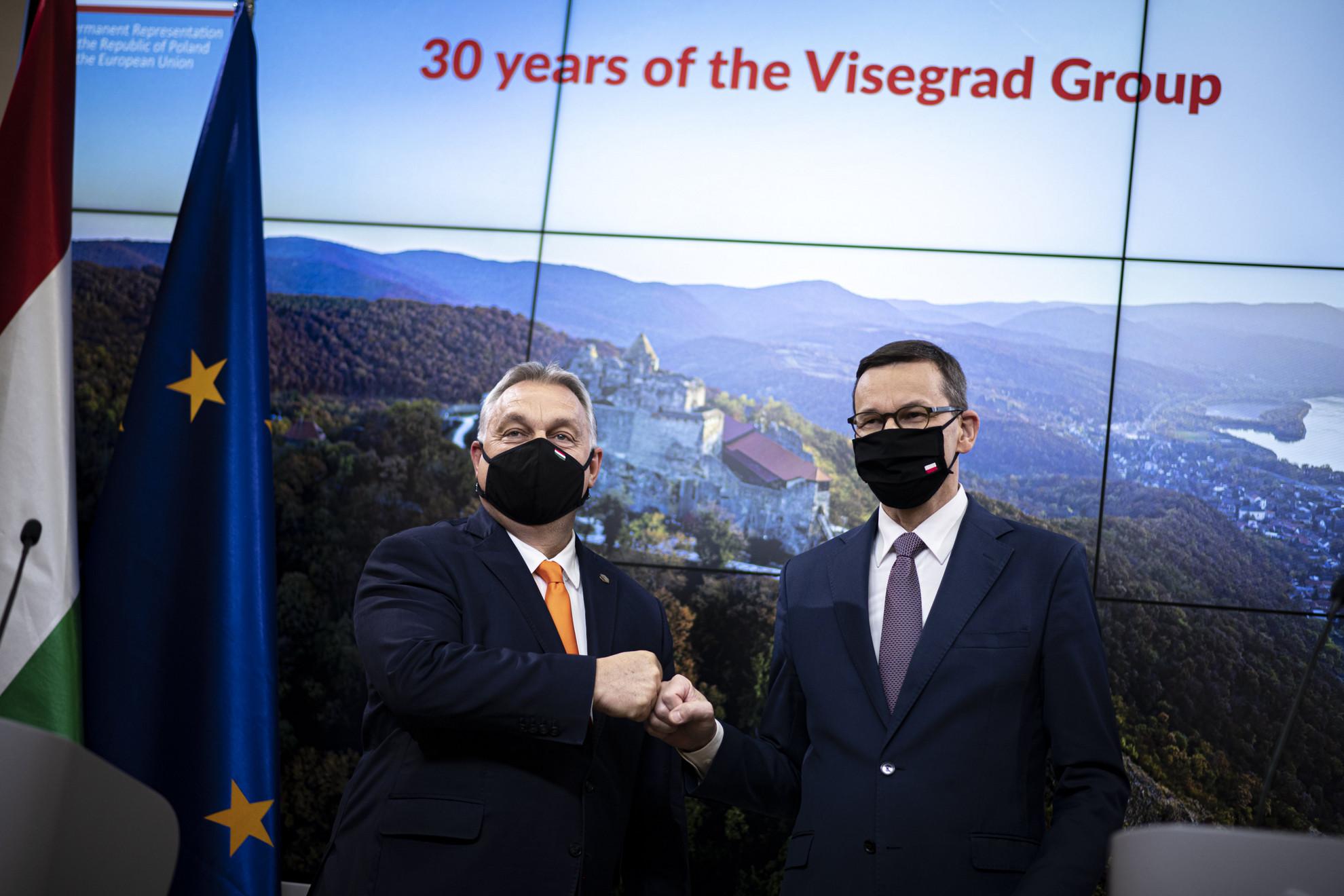 Orbán Viktor miniszterelnök (b) és Mateusz Morawiecki lengyel kormányfő sajtótájékoztatója az Európai Unió állam- és kormányfőinek csúcsértekezletét követően Brüsszelben 2020. december 10-én