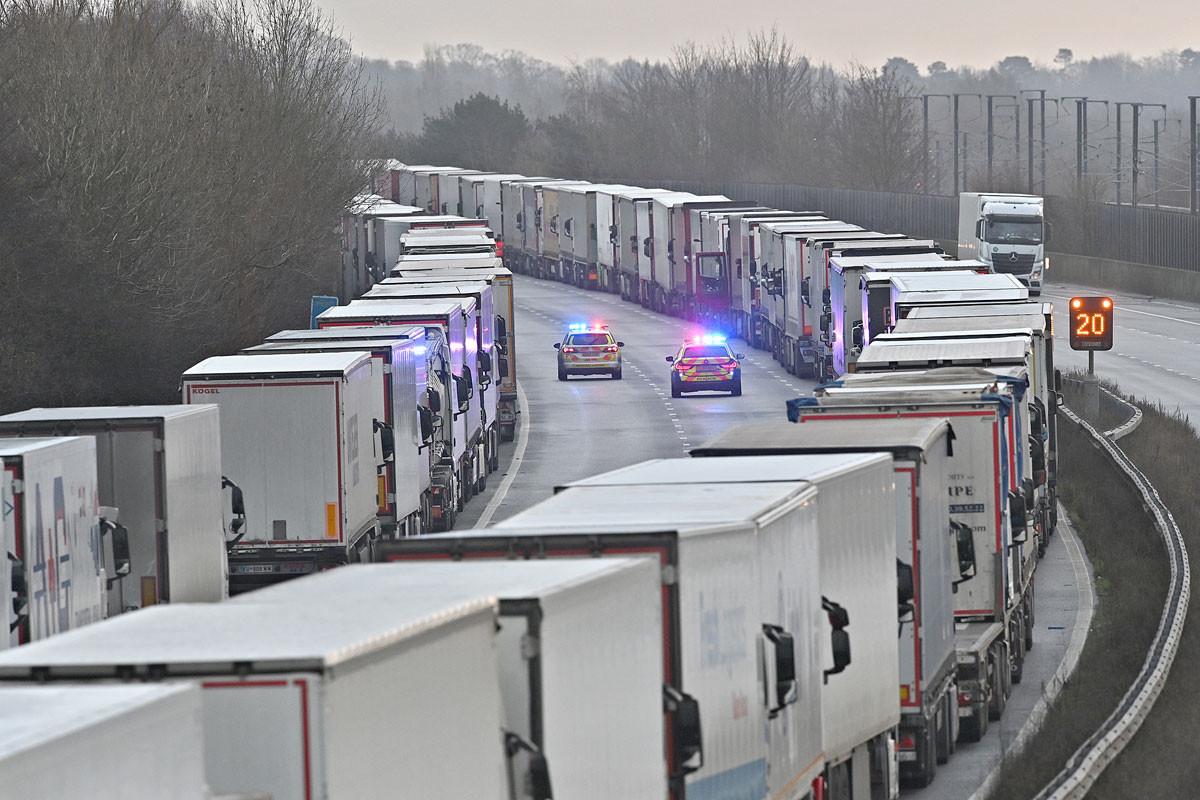 Több mint ezerötszáz teherautó ragadt be az angliai Kent autópályáján