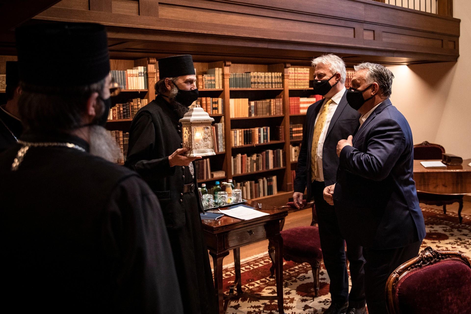 Orbán Viktor miniszterelnök (j), Semjén Zsolt nemzetpolitikáért felelős miniszterelnök-helyettes (j2) és Kocsis Fülöp, a Hajdúdorogi Főegyházmegye érsek-metropolitája, görögkatolikus püspök (b3) a Karmelita kolostorban