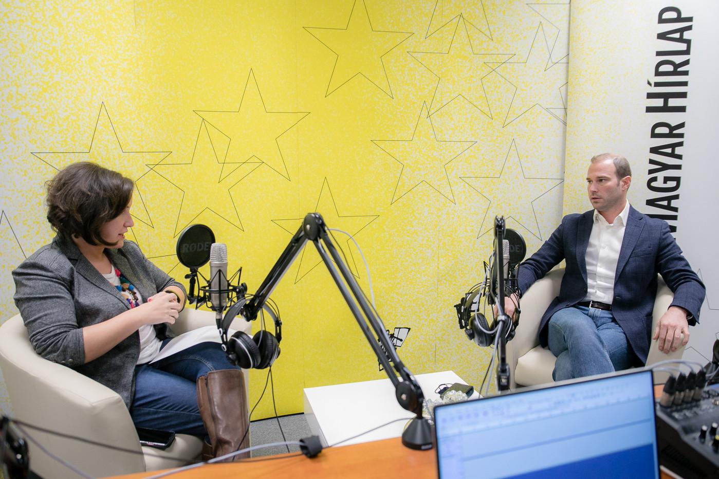 Lapunk főmunkatársa, Őry Mariann és Hollik István, a Fidesz kommunikációs igazgatója a Magyar Hírlap Faktum című podcastjának felvételén