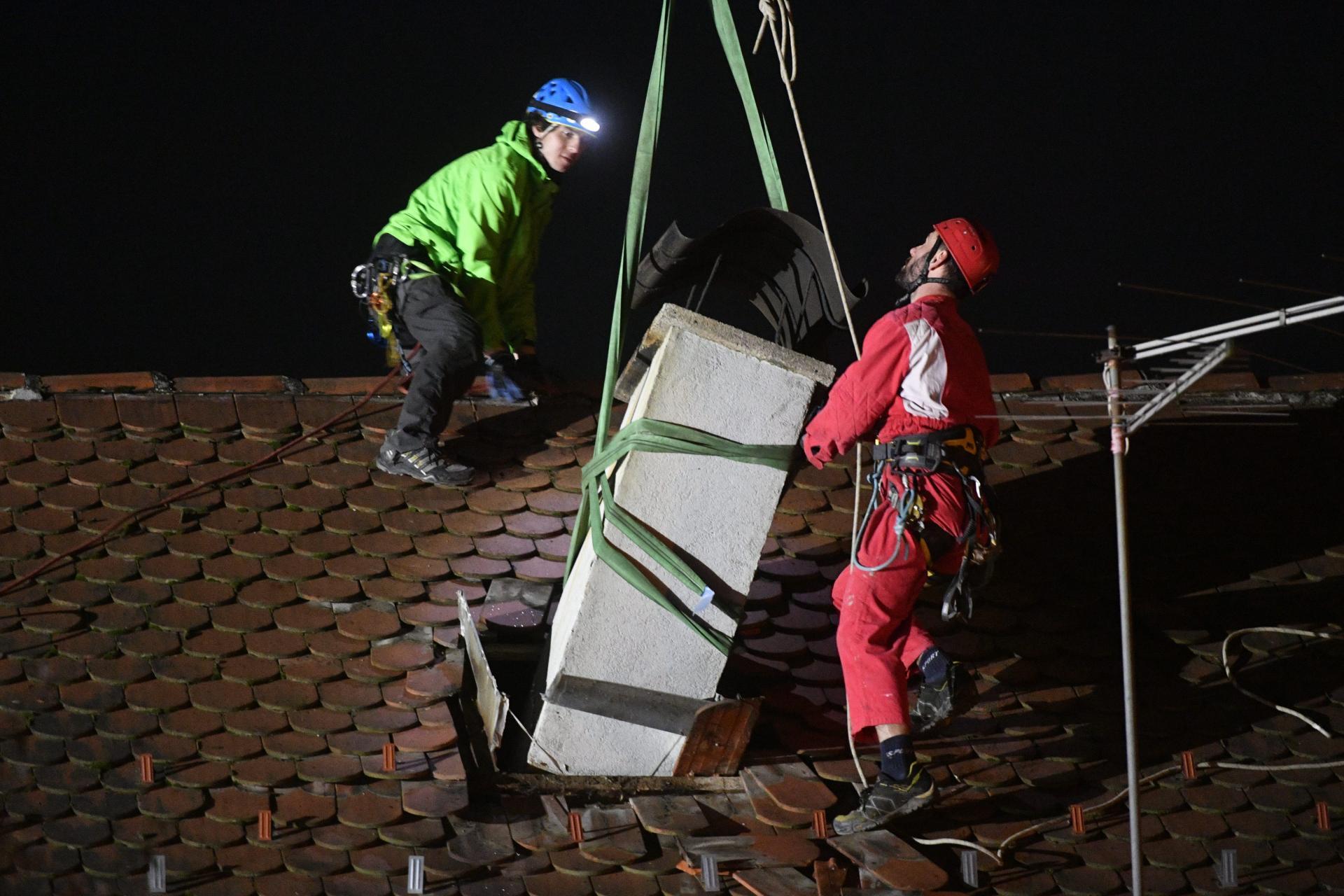 Alpinisták távolítják el a kéményt a tetőről