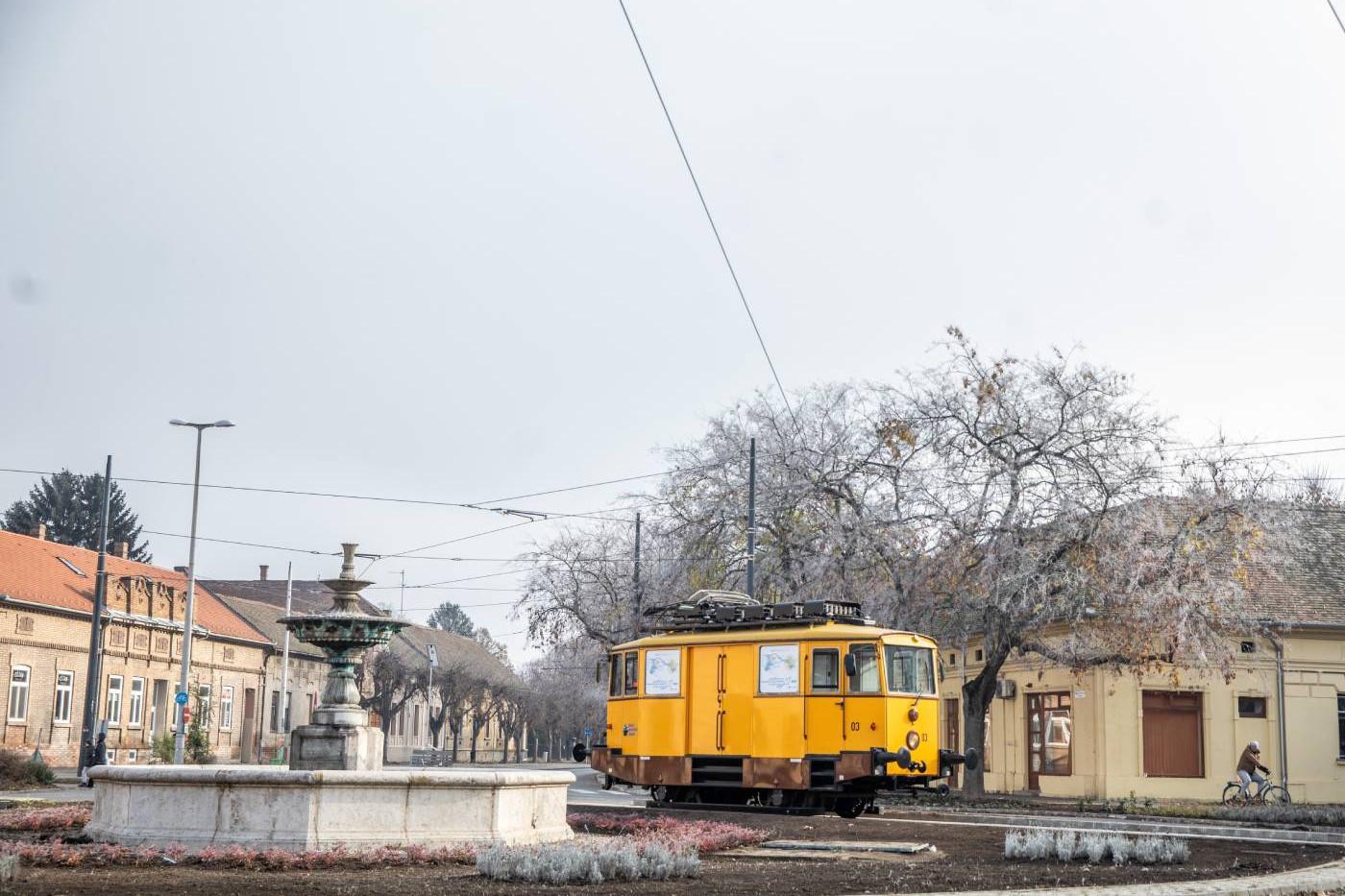 A Szegedi Közlekedési Társaság dízel-elektromos üzemű karbantartó villamosa az ország első tram-train (vasútvillamos) rendszerének részeként épült hódmezővásárhelyi villamosvonalon 2020. december 2-án