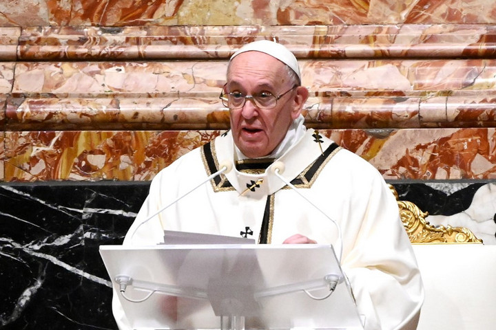 A hitükért üldözött keresztényekért imádkozott Ferenc pápa