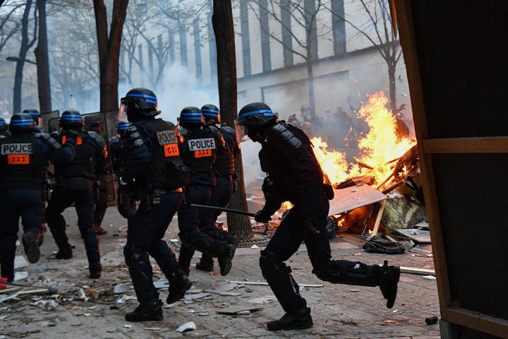 Tüntetők támadtak  rendőrökre Párizsban