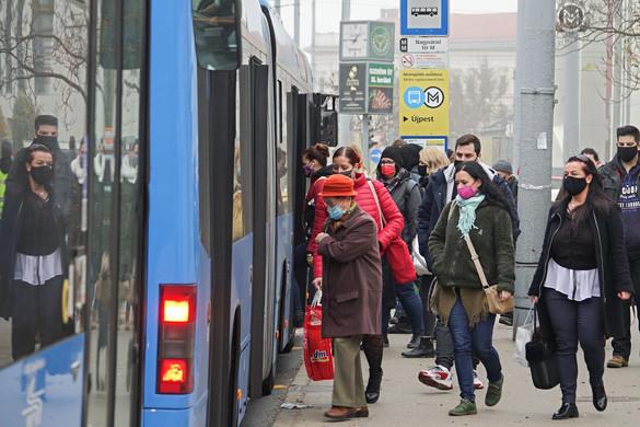 Hétfőtől nem nyitják ki az első ajtókat a buszok és a trolik