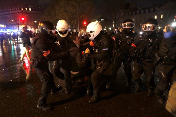 Vízágyúval és könnygázzal verték le az anarchista rendbontók tüntetését Párizsban