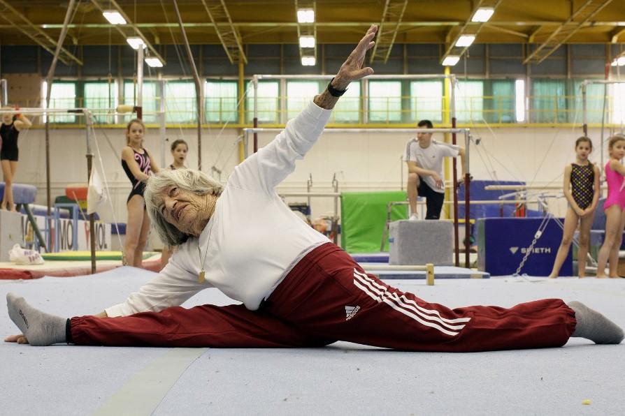 Keleti Ágnes tornázik 95 éves korában, 2016-ban