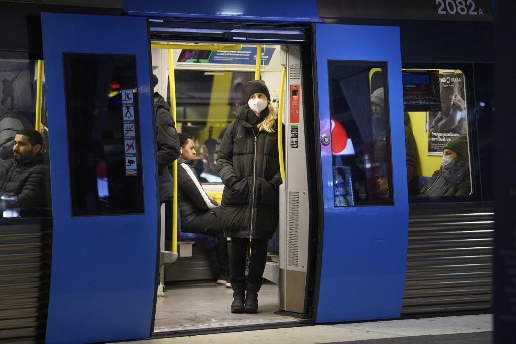 Svédországban vasárnaptól a nyilvános összejövetelekre vonatkozó szabályokat megsértőket pénzbírsággal sújthatják