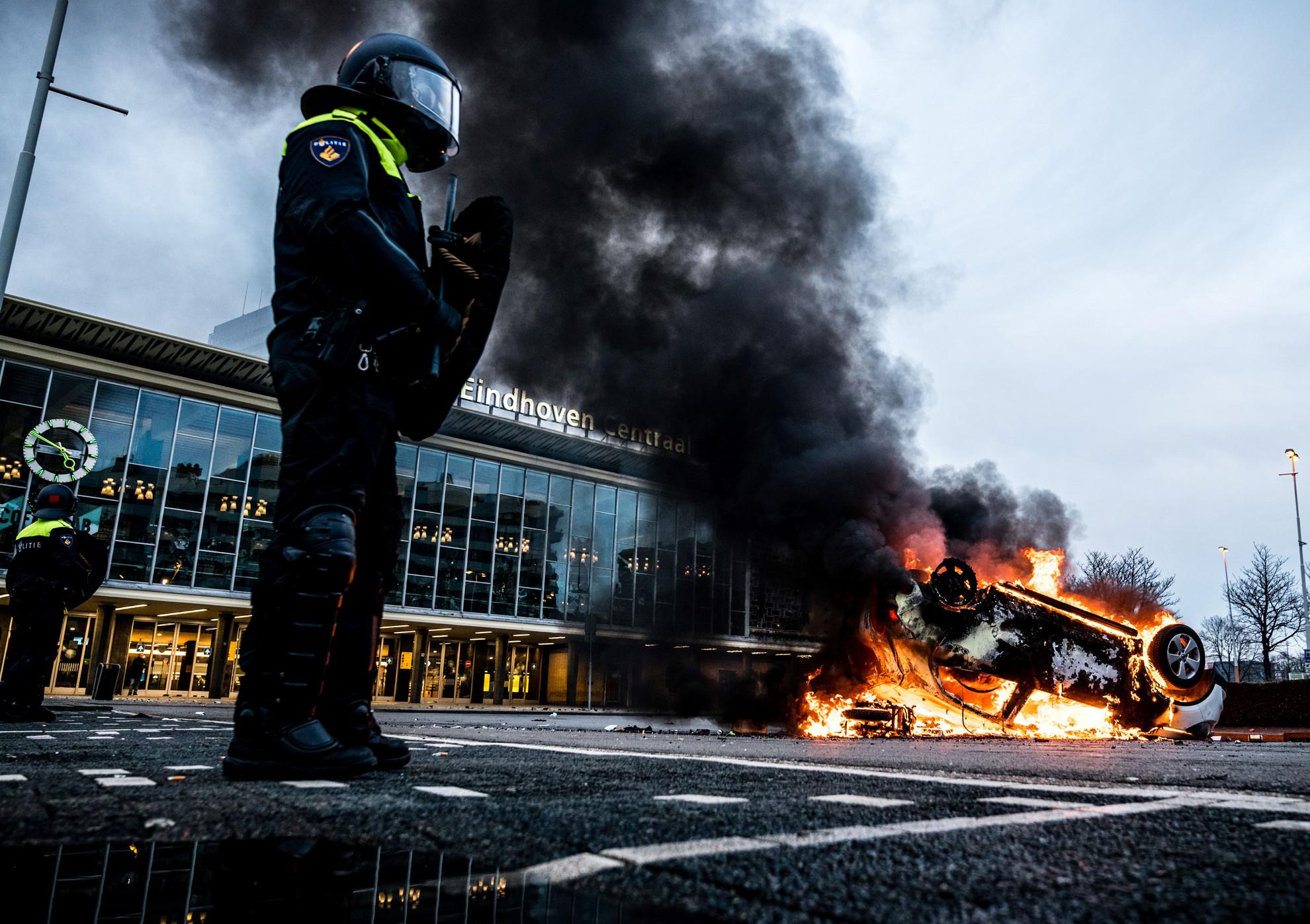 Zavargók gyújtottak fel egy kocsit az eindhoveni vasútállomásnál