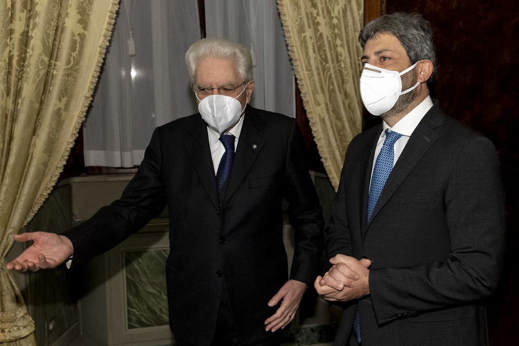 Sergio Mattarella államfő (balra) Roberto Ficót, a képviselőház elnökét bízta meg a konzultációk folytatásával a lehetséges kormánytöbbség felmérésére