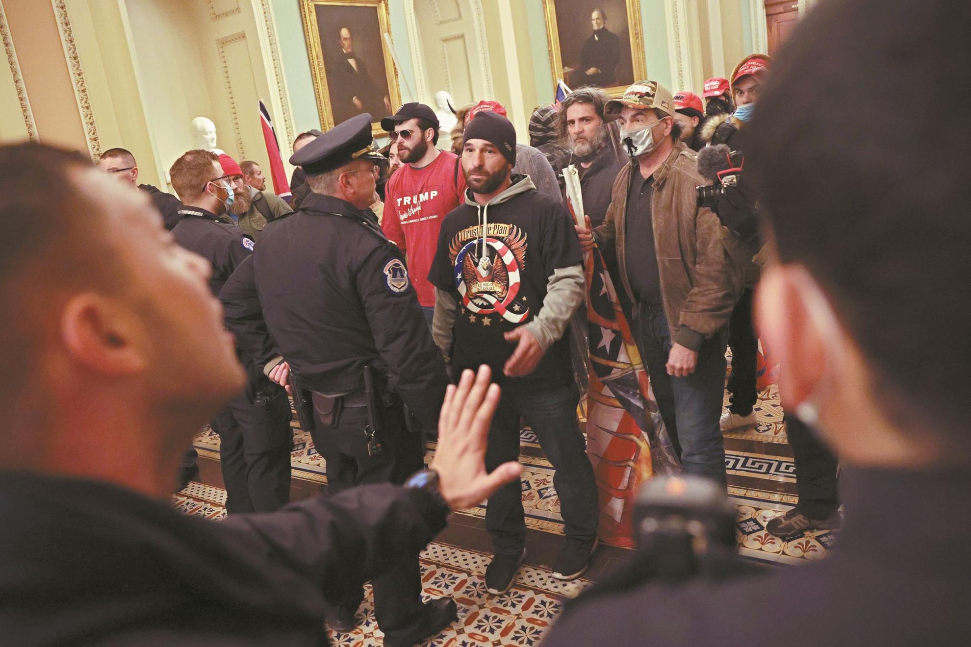 Tüntetők a kongresszusban, az üléstermet evakuálták