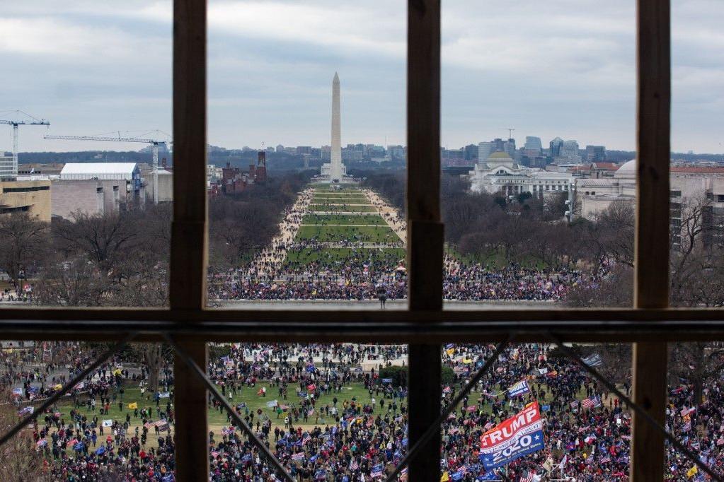 Trump hívei a Capitolium épületéből