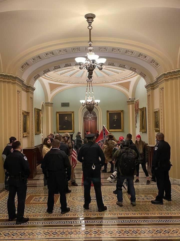 Tüntetők és a Capitolium őrsége az épületben