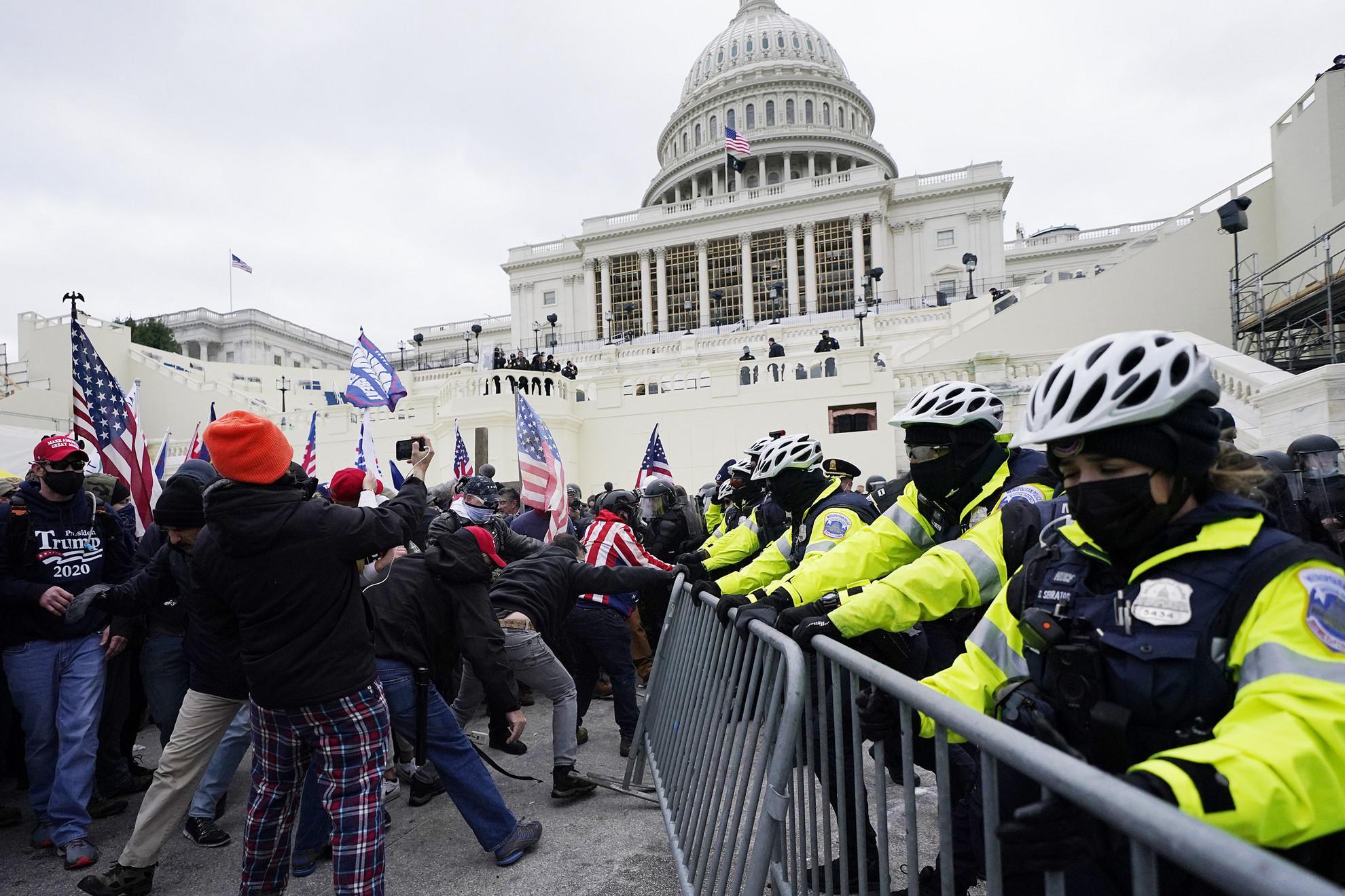 Lezárták a washingtoni Capitoliumot, mert Trump-párti tüntetők ostromolták meg az amerikai törvényhozás épületét