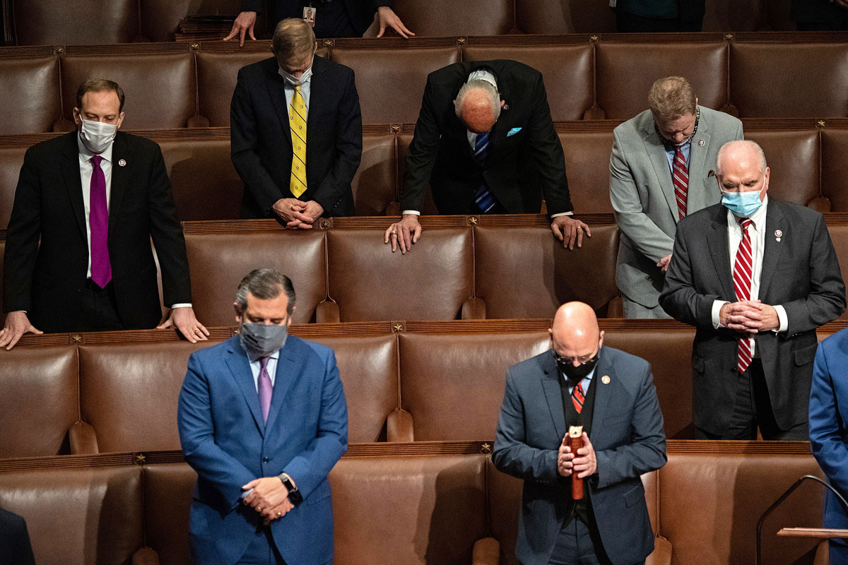 Rebuplikánus képviselők imádkoznak, miután megerősítették Joe Biden győzelmét