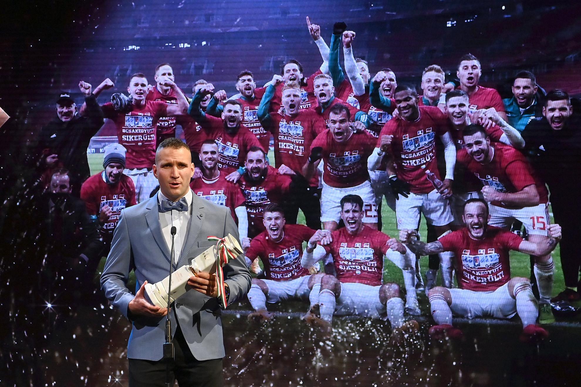 Könyves Norbert, a magyar labdarúgó válogatott tagja, miután átvette az Év csapata a hagyományos sportágakban díjat az M4 Sport - Az Év sportolója gála televíziós felvételén a Nemzeti Színházban 2021. január 8-án