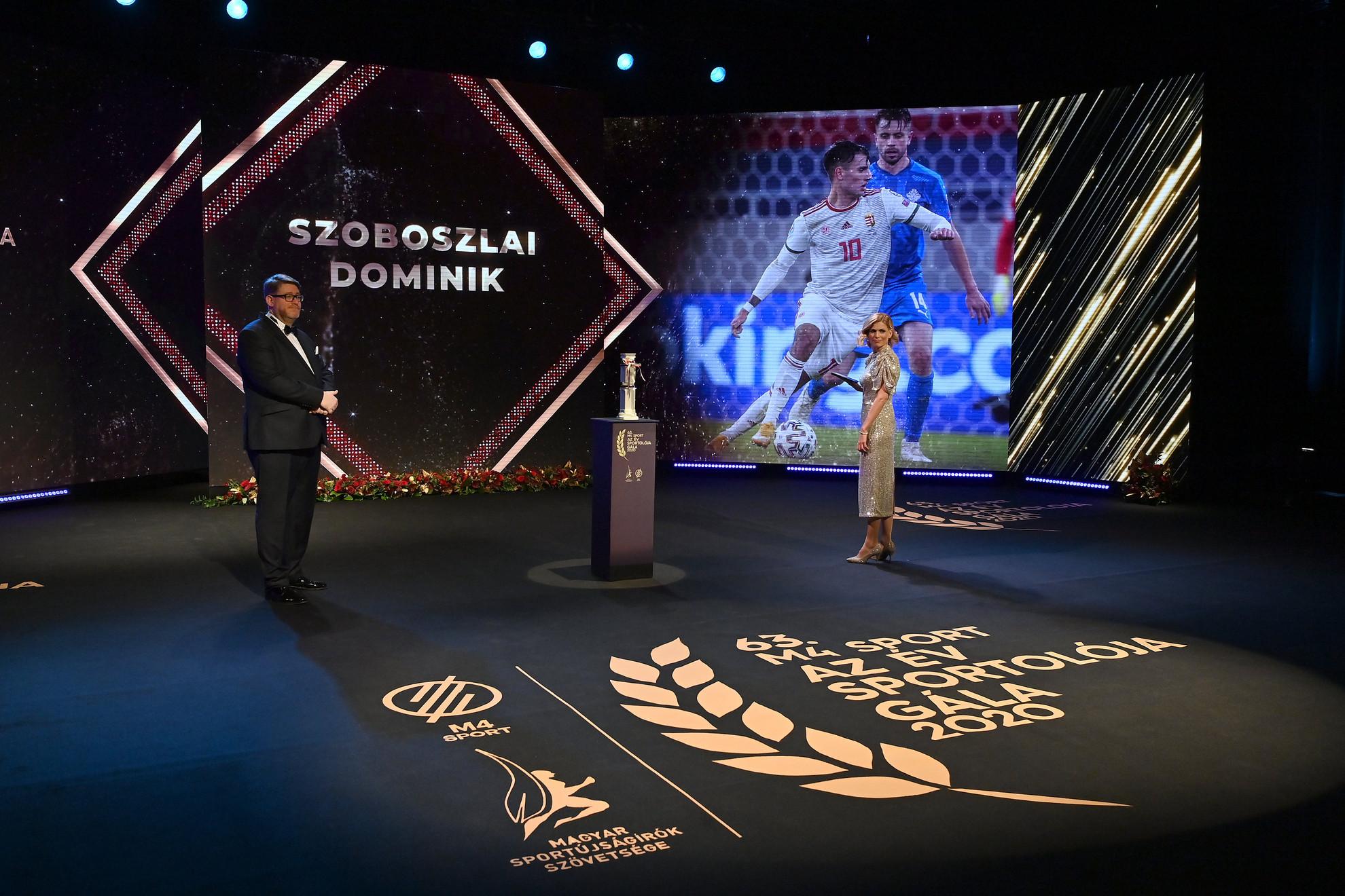 Szoboszlai Dominik válogatott labdarúgónak, az év sportolójának képe a kivetítőn az M4 Sport - Az Év sportolója gála televíziós felvételén a Nemzeti Színházban 2021. január 8-án