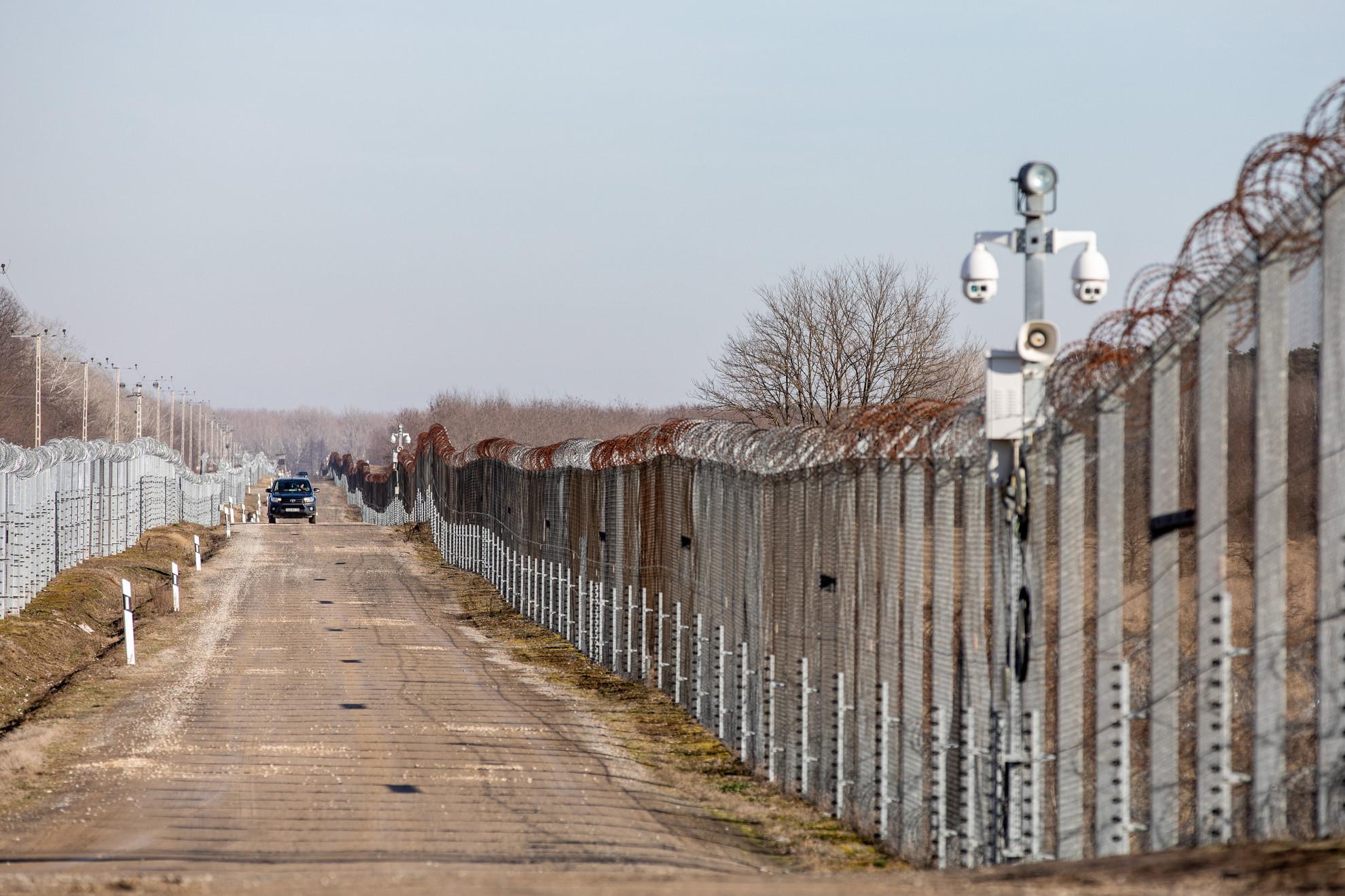 Járőrautó az ideiglenes biztonsági határzárnál, a kelebiai határvédelmi bázis közelében 2021. január 21-én