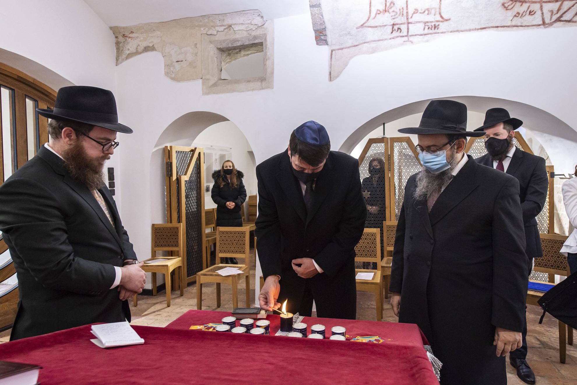 Áder János köztársasági elnök gyertyát gyújt a holokauszt nemzetközi emléknapja alkalmából tartott rendezvényen a budavári zsinagógában 2020. január 27-én. Mellette Köves Slomó, az Egységes Magyarországi Izraelita Hitközség vezető rabbija, Oberlander Báruch, a Budapesti Ortodox Rabbinátus és a Chabad-Lubavics irányzat magyarországi vezetője és Faith Asher a zsinagóga rabbija (b-j).