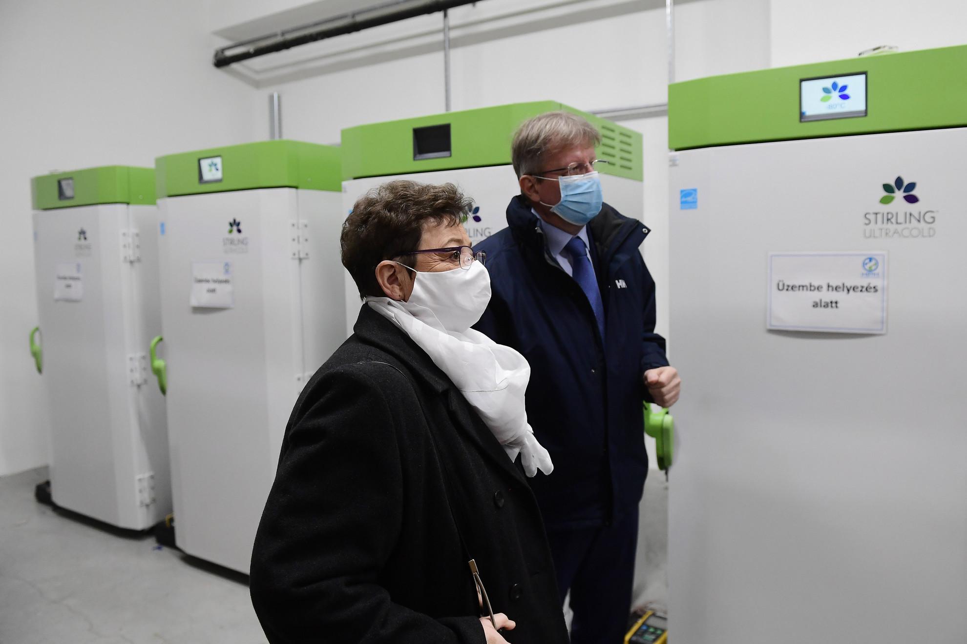 Feller Antal, a Hungaropharma Zrt. vezérigazgatója mutatja Müller Cecília országos tisztifőorvosnak a koronavírus elleni vakcinák megfelelő tárolására beszerzett új, nagyteljesítményű, beüzemelés alatt álló mélyhűtőket a Hungaropharma gyógyszer-nagykereskedelmi vállalat budapesti telephelyén