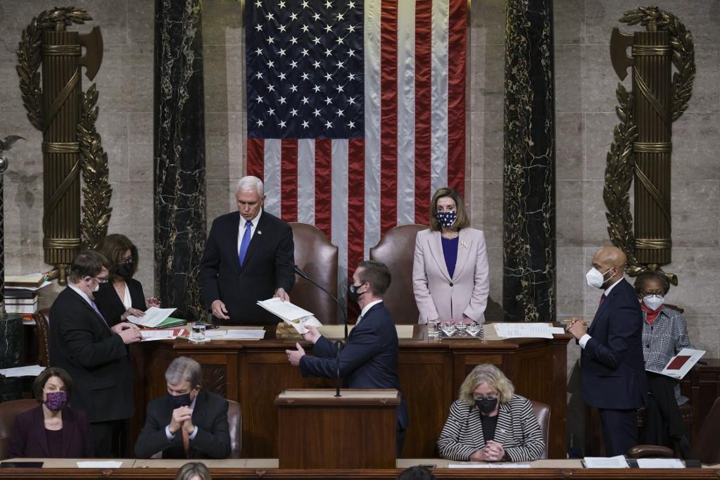Mike Pence alelnök és Nancy Pelosi házelnök a november 3-án leadott szavazatok hitelesítésekor