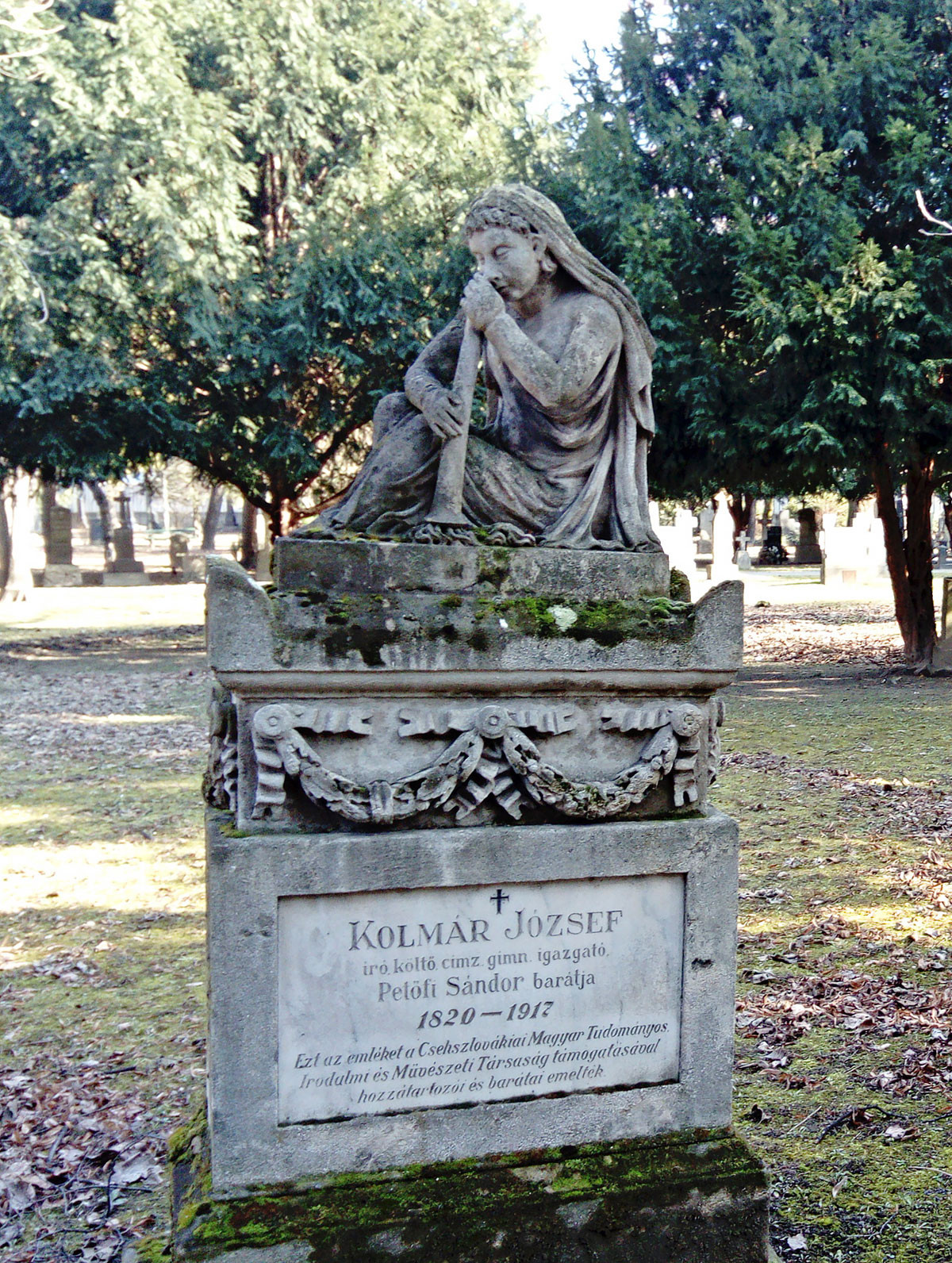 A csaknem száz esztendőt megért Kolmár József síremléke a temetőben