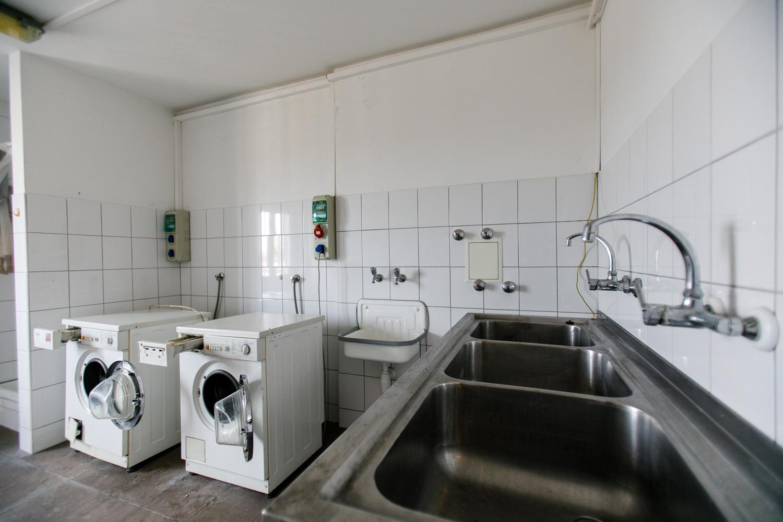 A közösség által dolgoztatott mosógépek is inkább hatnak egy Zs-kategóriás horrorfilm kellékeinek, mint korszerű, biztonságos és gusztusos masináknak