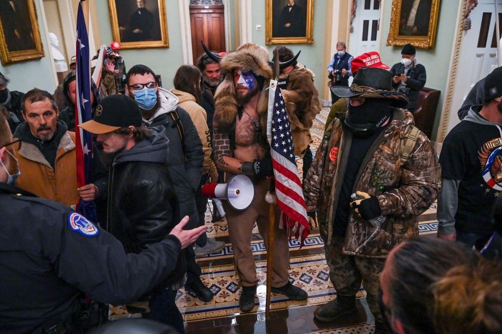 A Capitolium őrsége megpróbálja megállítani Trump híveit, hogy behatoljanak az épületbe